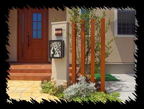 門柱とアクセントが映える、ナチュラルスタイル