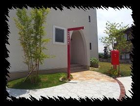 赤い門柱とポストが絶妙